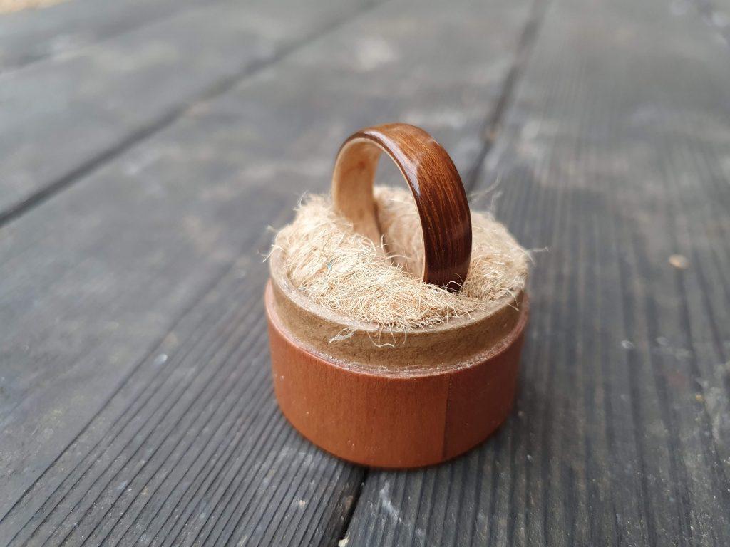 Holzring aus Räuchereiche und Ahorn