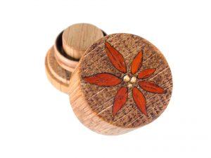 RoundSafe aus Eiche mit Inlay aus Padouk und Blattgold
