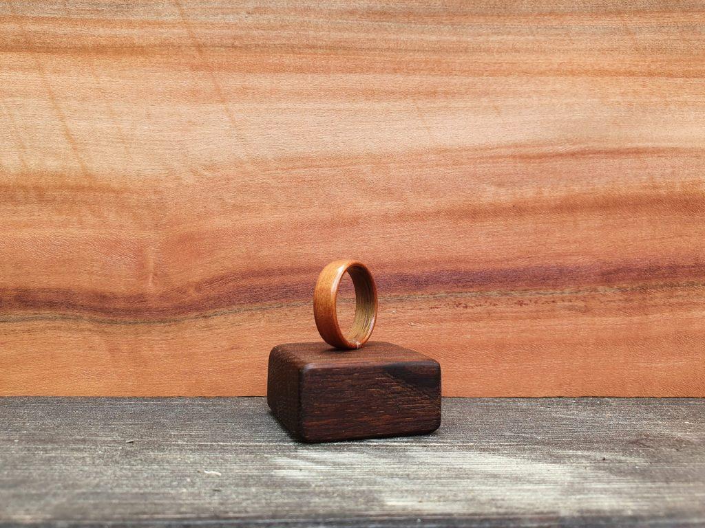 Holzring aus Tineo, im Hintergrund Tineo Furnier